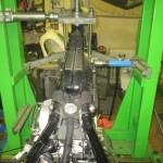 Uchycení motocyklu - upevnění na rovnací stolici MOTOJIG - zadní pohled